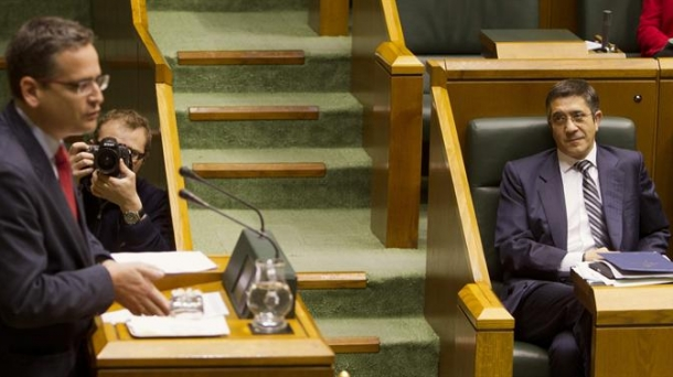 Patxi Lopez listens in parliament to Antonio Basagoiti. Photo: EFE