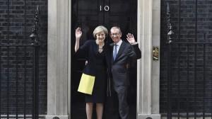 Theresa May eta Philip senarra, Downing Streeteko 10. zenbakian. EFE