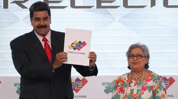El presidente venezolano, Nicolás Maduro, recibe la credencial. Foto: EFE