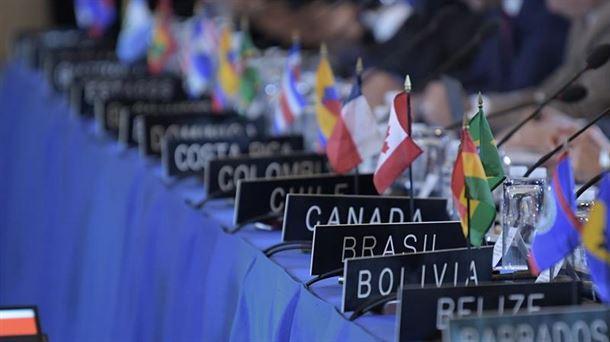 Vista general de los nombres y banderas de los países de los embajadores ante la OEA. Foto: EFE.