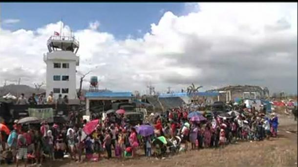 Vídeo: Largas colas para salir de Tacloban en avión