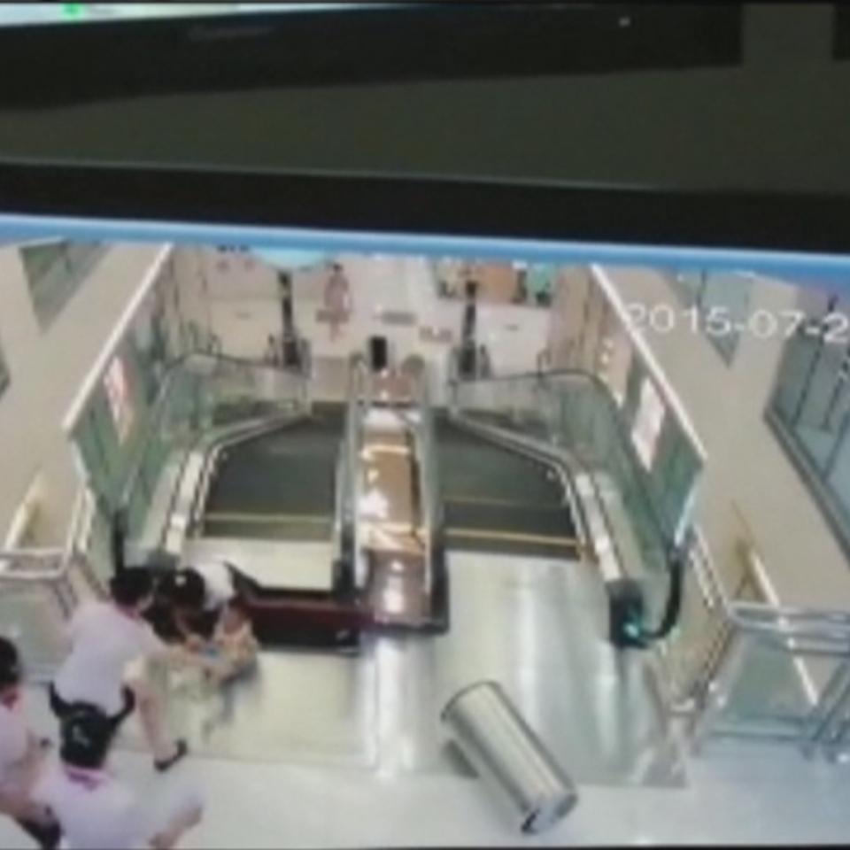 Vídeo: Muere atrapada por una escalera mecánica tras salvar a su ...