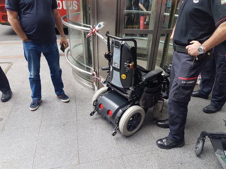 Vídeo: Un hombre en silla de ruedas cae a las vías del metro en ...