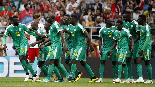 Los jugadores de Senegal celebrando el primero de sus goles. Foto: EFE