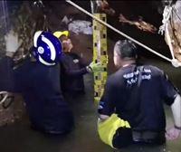 Rescatados cuatro niños de la cueva, el lunes se reanudará el rescate