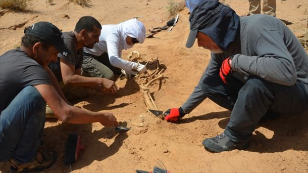 El antropólogo forense Francisco Etxeberria en el Sahara. Foto: AFAPREDESA