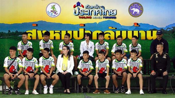 Los 12 niños y su monitor rescatados en una cueva de Tailandia salen del hospital