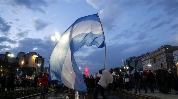 Docentes y universitarios argentinos salen a protestar contra los recortes. Foto: EFE