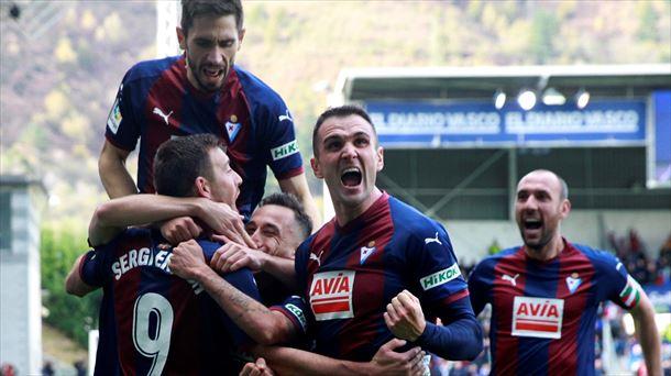 Jugadores del Eibar celebrando un gol.
