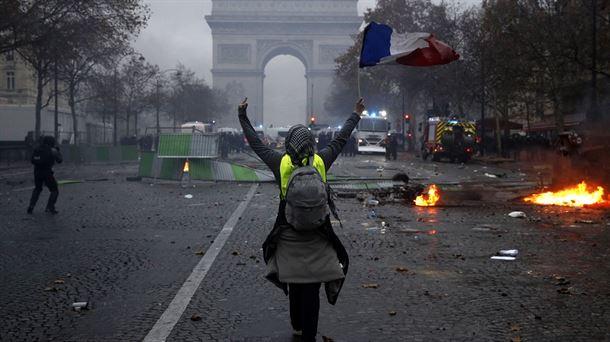 Un 'chaleco amarillo', en plena protesta en París.