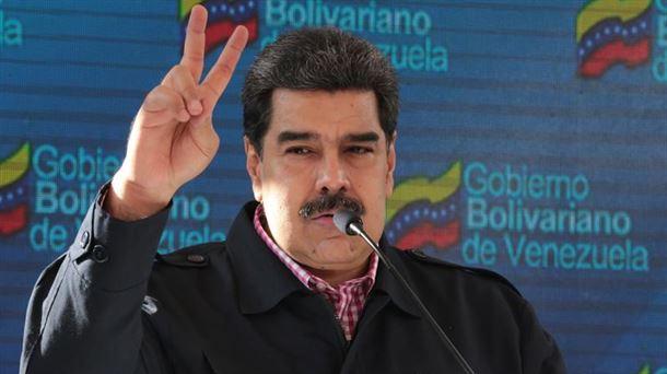 El presidente Nicolás Maduro haciendo el gesto de la victoria