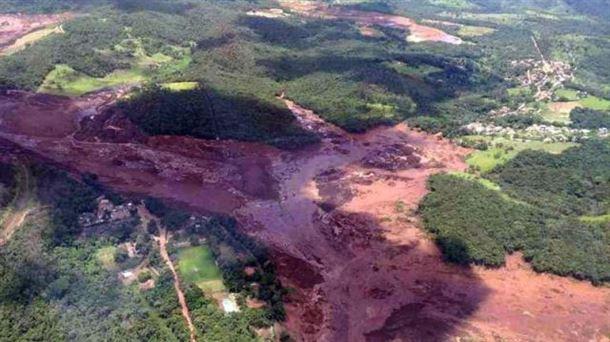 Unos 200 desaparecidos tras la rotura de una presa en Brasil