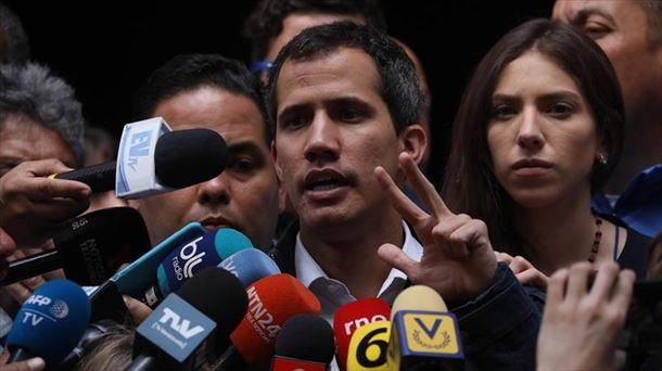 Juan Guaidó habla con los medos de comunicación este domingo
