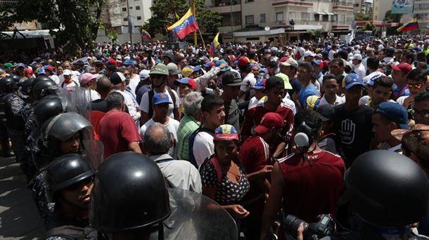 Resultado de imagen de La Policía impide con gases lacrimógenos el paso de la marcha opositora en Venezuela