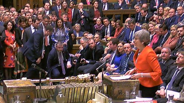 La primera ministra británica, Theresa May, en la Cámara de los Comunes. Foto: EFE