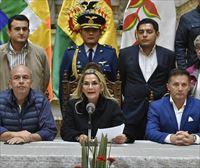 Áñez firma la ley para convocar elecciones en Bolivia