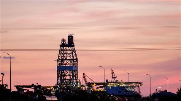 Una plataforma de perforación petrolera, cerca de una refinería en  Mississippi. Foto: EFE