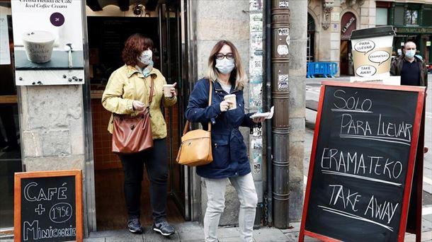 Dos mujeres salen de una cafetería en Pamplona.