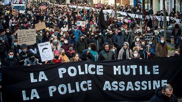 Una de la pancartas que se han exhibido hoy en París.