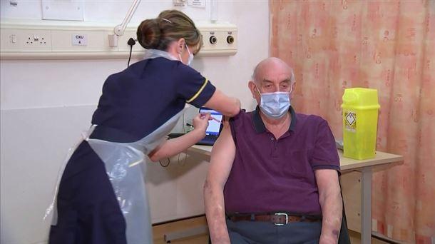 برایان پینکر در آکسفورد واکسینه شد