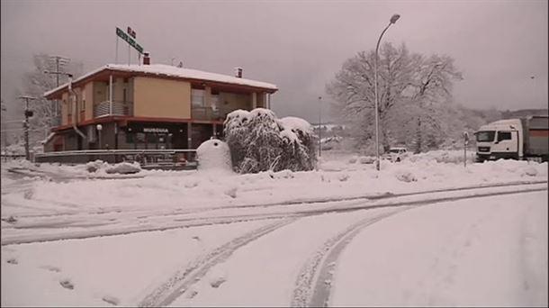 Vídeo: Pequeños problemas de tráfico en Álava y Navarra por nieve |  Eguraldia