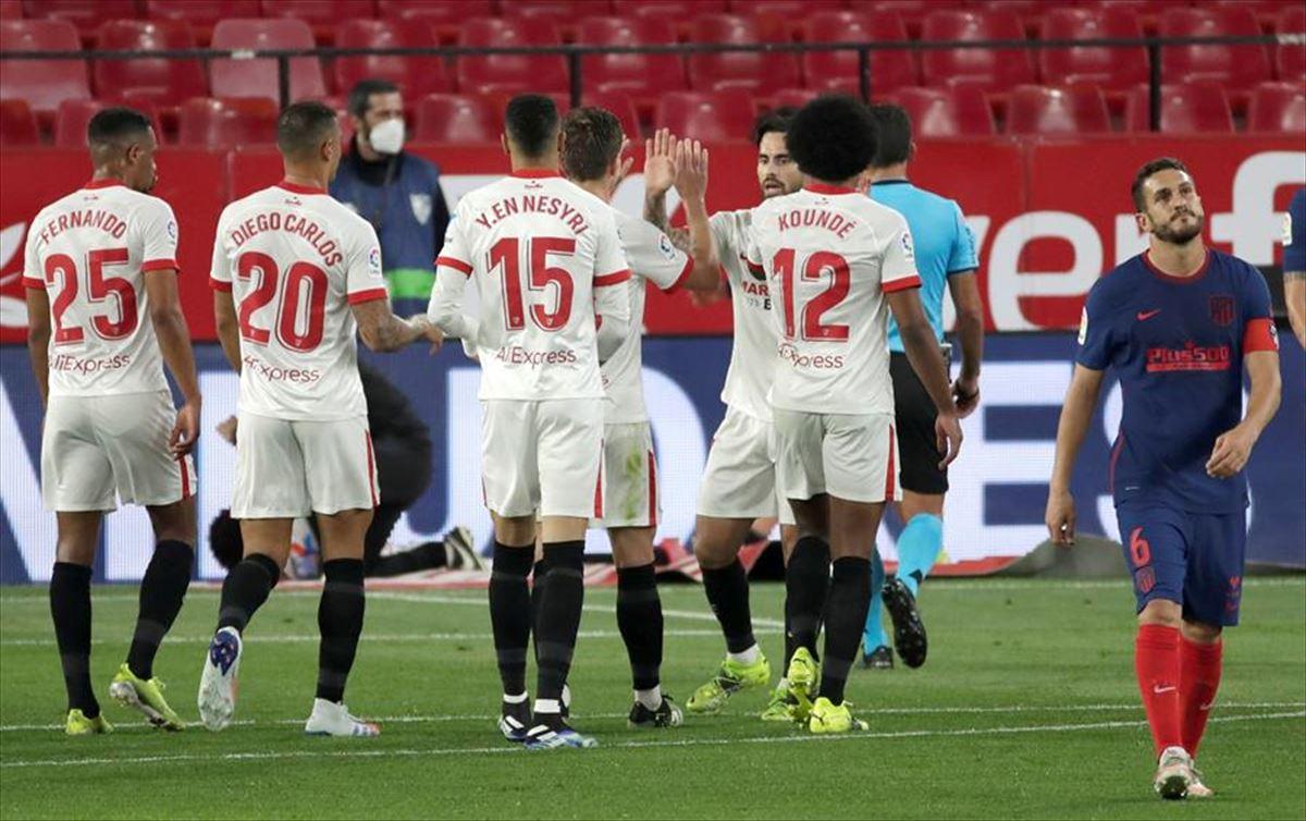 El Atlético pierde en el Pizjuan y ve como el Madrid y el Barça se ponen a tiro antes del clásico en Madrid.