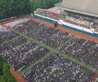 Wuhan celebra una ceremonia masiva de graduación sin mascarillas