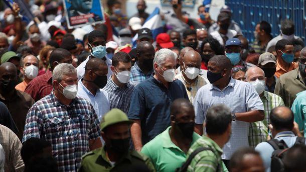 El presidente de Cuba, Miguel Díaz-Canel, rodeado de simpatizantes este pasado domingo.